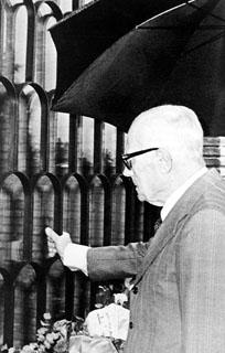 Sandro Pertini rende omaggio alla tomba dell'On. Aldo Moro