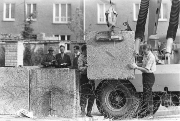 La posa dei primi blocchi del Muro di Berlino